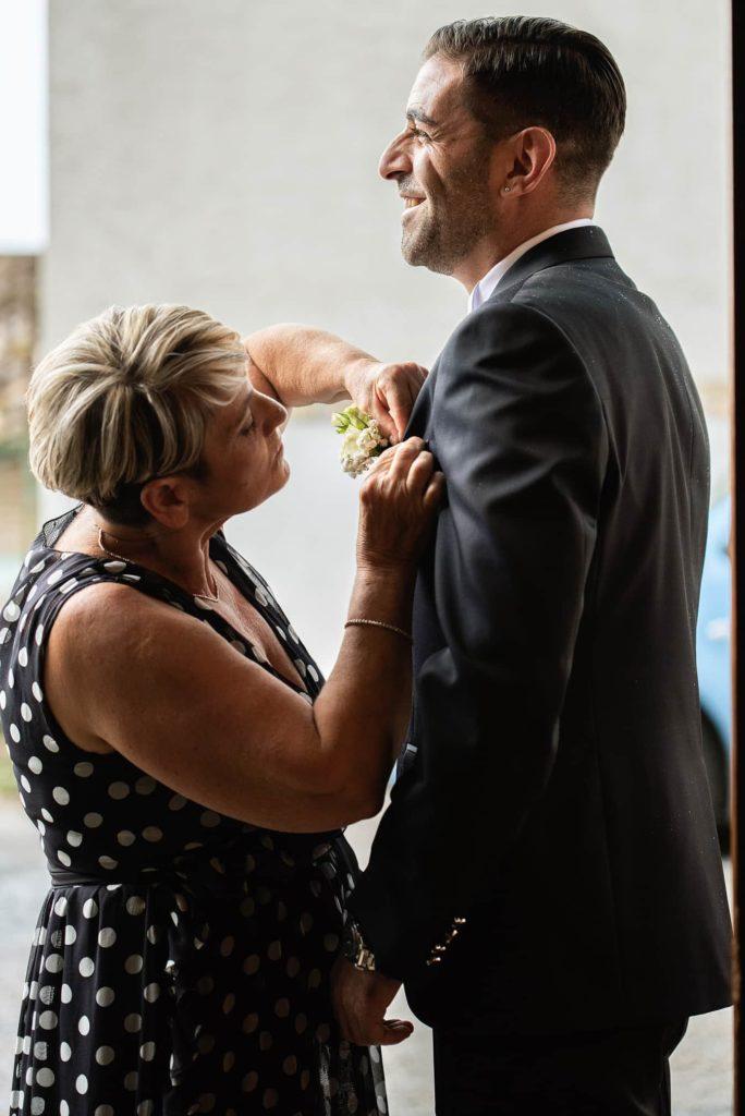 mamma-mette-occhiello-fiore-tasca-figlio.sposo