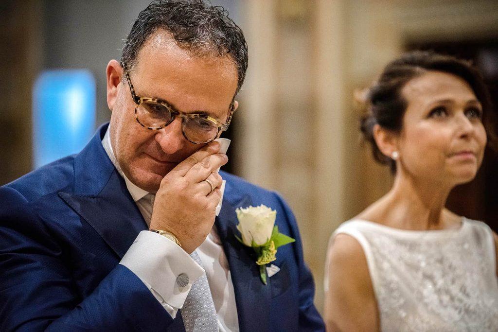 sposo-commosso-lacrime-chiesa-fotografo-matrimonio-milano-monza